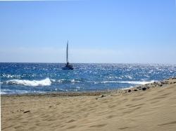 Przy niewielkim rozkołysie można zatrzymać się bardzo blisko plaży :) foto: Kasia Koj