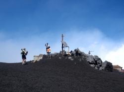Docieramy do punktu obserwacyjnego, dalej nie możemy iść. Tym razem Etna wybucha | Charter.pl foto: Kasia Koj