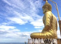 Największa atrakcja świątyni, to ogromy posąg Buddy na wysokiej górze | Charter.pl  foto: Kasia Koj
