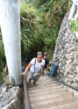 Niektóre schody mają nawet 30 cm, bardzo ciężko wchodzi się w górę | Charter.pl foto: Piotr Kowalski