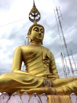 Głównym symbolem Wat Tham Suea jest obraz Buddy i złote chedi, stojące na szczycie klifu z dużą platformą widokową | Charter.pl foto: Kasia Koj