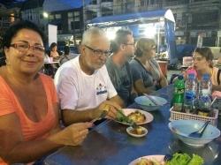 Jedzenie na ulicach dostępne jest całą dobę | Charter.pl foto: Kasia Koj