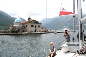 Do 1603 zatopiono ponad 100 żaglowców wypełnionych kamieniami aby powstała wyspa, a na wyspie świątynia, Czarnogóra  foto: Kasia Koj