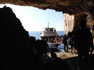 Do groty można dostać się miejscową łódką | Charter.pl foto: Zdzichu