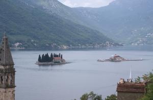 Wyspa św. Jerzego (Sveti Đorđe) to jedna z dwóch wysepek u wybrzeży miasta Perast w Zatoce Kotorskiej | Charter.pl foto: Benek