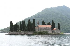 Wyspa św. Jerzego (Sveti Đorđe) to jedna z dwóch wysepek u wybrzeży miasta Perast w Zatoce Kotorskiej | Charter.pl foto: Kasia & Peter