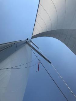 Jacht pod pełnymi żaglami foto: Ania