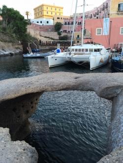 Port w Ischia, przepiękne miejsce, ale wejście nie jest łatwe | Charter.pl foto: Piotr Kowalski