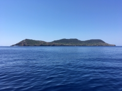 .... dojeżdżamy do wyspy Ustica | Charter.pl foto: Piotr Kowalski
