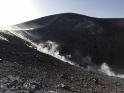 Centrum i północną część wyspy zajmuje wulkan Fossa z kraterem Gran Cratere, w którym nadal czynne są fumarole, a na zachodzie z kraterem Lentia | Charter.pl foto: Piotr Kowalski