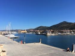 Koniec z wyspami, wracamy na stały ląd, wpływamy na początek do Acciaroli | Charter.pl foto: Piotr Kowalski