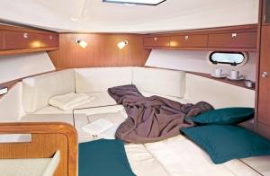 Wnętrze jachtu motorowego Bavaria S29 OPEN | Charter.pl foto: www.bavariayachts.com
