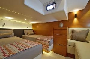 Wnętrze jachtu motorowego Bavaria S40 | Charter.pl foto: www.bavariayachts.com