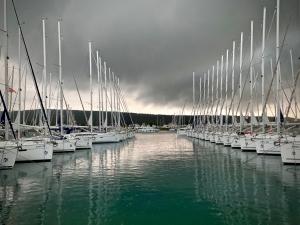 Czarne chmury nad mariną, budzą grozę foto: Justyna & Bartek