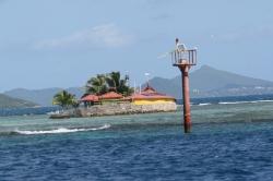 Union Islands - Clifton, knajpa na rafie koralowej ze znakiem nawigacyjnym :)  foto: Kasia Koj