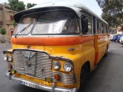 Warto na zwiedzanie wyspy wybrać się żółtym autobusem foto: Piotr Kowalski
