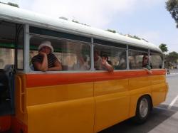 Warto na zwiedzanie wyspy wybrać się żółtym autobusem foto: Kasia Koj
