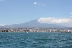 Dopływamy do Katanii, Etnę widać już z daleka | Charter.pl foto: Kasia Koj