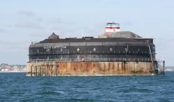 Po drodze mijamy hotele na wodzie. Fort Solent - niesamowity pomysł na nocleg foto: Piotr Kowalski