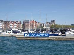 Marina Town Quay jest dobrze widoczna od strony wody | Charter.pl foto: Katarzyna Kowalska