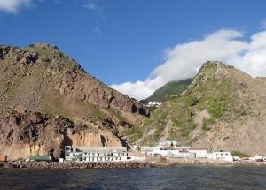 Dopływając do portu na wyspie Saba zupełnie nie widać miasteczka. Wyłaniają się tylko góry   Charter.pl foto: Kasia Kowalska
