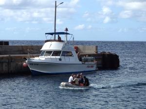 Do portu dostajemy się pontonem   Charter.pl foto: Kasia Koj