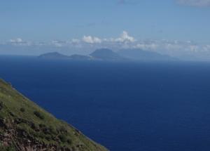 Przy dobrej pogodzie widać wyspę St. Barth   Charter.pl foto: Kasia Kowalska
