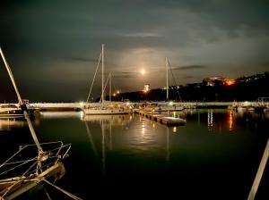 Marina di Capraia Isola wieczorową porą foto: Justyna & Bartek