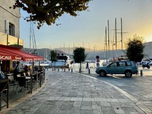 Saint Florent - miasteczko ukryte wśród gór nad błękitną zatoką foto: Justyna & Bartek
