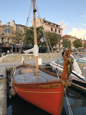 Saint Florent - miasteczko ukryte wśród gór nad błękitną zatoką | Charter.pl foto: Marcin Krukierek
