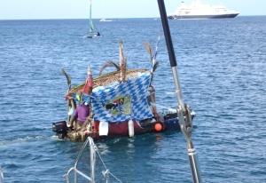 Pan codziennie dowozi owoce, warzywa, chleb...... ma drogie ceny, ale jaka przyjemność kupowania z łódki foto: Kasia Koj