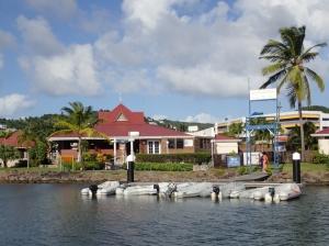 Marina Rodney Bay jest sporych rozmiarów, zatem do budynków administracji, sklepu warto podpłynąć ribem foto: Kasia Koj
