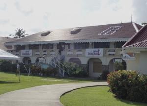 Budynki w marinie z recepcją, sklepem, miejscem odpraw celnych i imigracyjnych foto: Kasia Koj