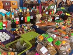 Jest również targ gdzie zaopatrzymy się w owoce, warzywa i miejscowe przyprawy | Charter.pl foto: Kasia Koj