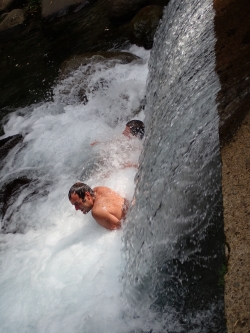 Zimne, piękne  wodospady z krystalicznie czystą wodą spływającą z gór | Charter.pl foto: Ela