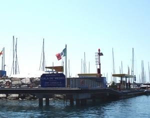 Stacja benzynowa jest zaraz przy wejściu do portu. foto: Kasia Koj