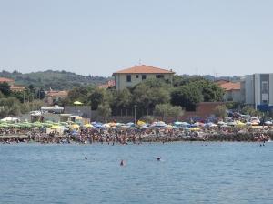 Plaża nieopodal mariny, widać, że jest to miejsce lubiane przez turystów foto: Kasia Koj