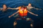 Lekcja pływania 1 - oswojenie z wodą foto: Jola Szczepańska