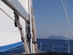 Wiatru mało, ale nasza łódeczka daje radę i płyniemy sobie dostojnie i spokojnie na żaglach :)  foto: Kasia