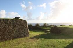 Zwiedzamy fort w Basse-Terre, tylko z zewnątrz, spóźniliśmy się i nie chcą nas wpuścić do środka,foto: Piotr