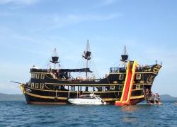 Jak Wam się podoba statek piracki ze zjeżdżalnią | Charter.pl foto: Kasia Koj