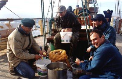 Obieranie ziemniaków foto: Peter